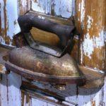Bild 1: Ein solches Bügeleisen ist ein Relikt längst vergangener Zeiten. Die Technik hat sich enorm weiterentwickelt.