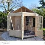 Aufbau eines Gartenpavillons