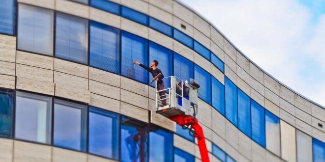 Fensterreinigung beauftragen: Das müssen Sie beachten