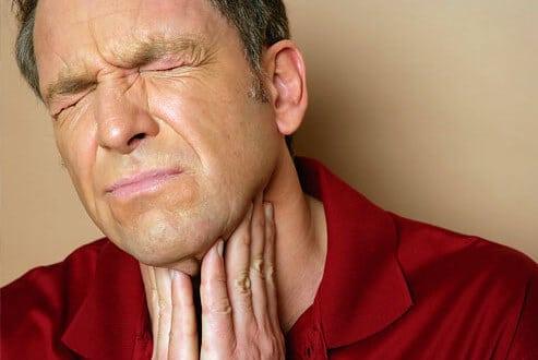 Halsschmerzen – wann helfen Hausmittel, wann sollte ich zum Arzt gehen?