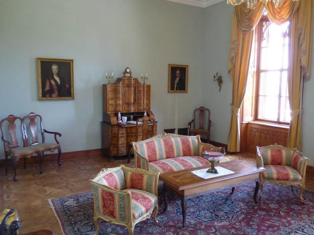 Antike Möbel im Haus für einen nostalgischen Touch