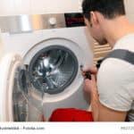 Installateur repariert Waschmaschine