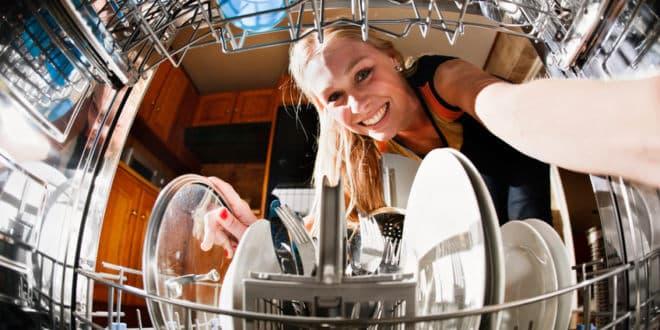 Gastrospülmaschine: Was sie vom heimischen Geschirrspüler unterscheidet