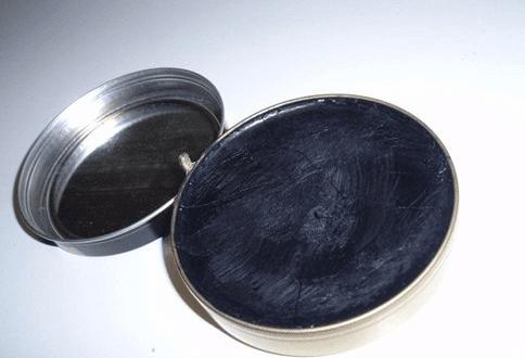 Schuhcremeflecken entfernen – so geht es